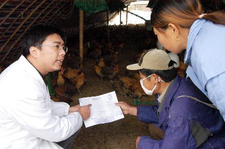 图文:工作人员对家禽养殖户进行宣传