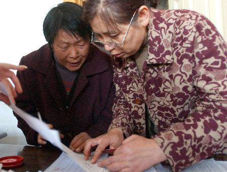 图文:辽宁黑山工作人员和养鸡户核对补贴数目
