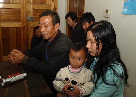 图文:安徽禽流感患者周毛娅的家人陷入悲痛中
