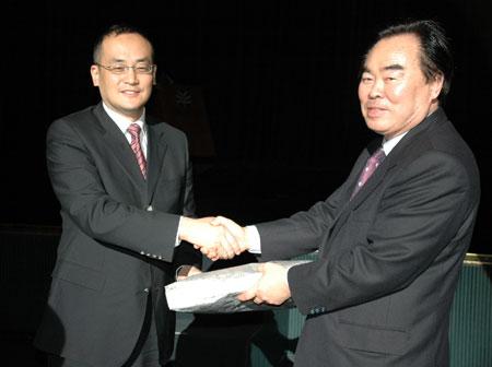 图文:中国代表团和韩国青少年联盟交换礼物