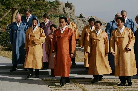 图文:胡锦涛等APEC领导人着韩国民族服装