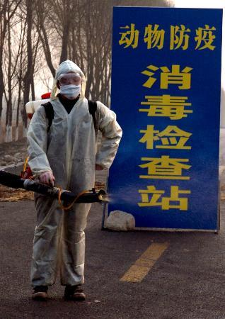 图文:山西孝义防疫人员准备给过往车辆消毒