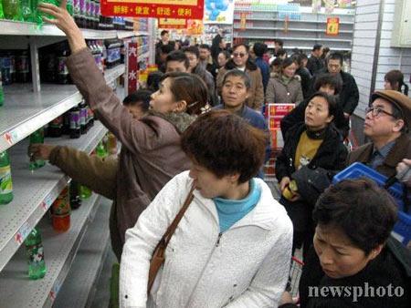 组图:哈尔滨停水四天致使超市饮用水断销