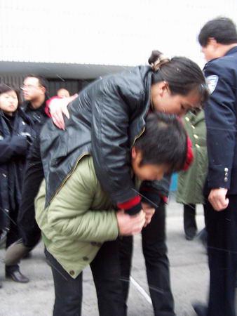 余警力组织在押女犯大搬家 组图图片