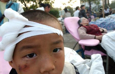 图文:地震中受伤的儿童脸上难掩惊慌之情