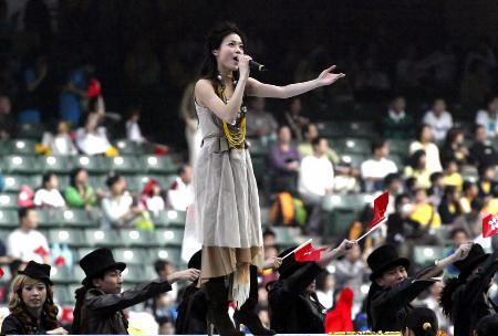 图文:香港歌星容祖儿在演唱
