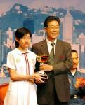 图文:神舟代表团团长胡世祥为获奖学生颁奖
