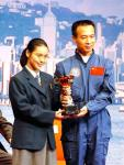 图文:费俊龙为作文比赛获奖学生颁奖