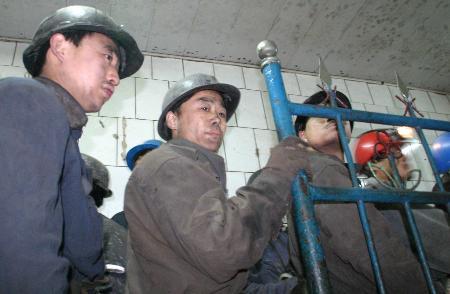 图文:救援人员准备下井