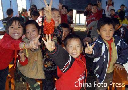 组图:江西九江地震灾区学生进帐篷学校上课