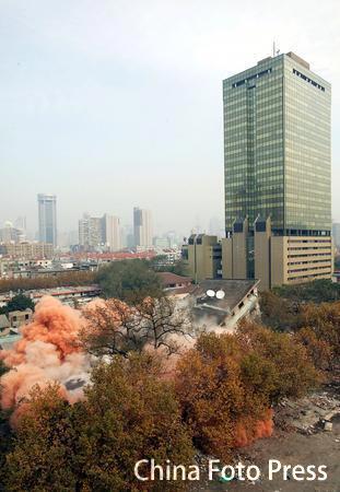 昔日标志性建筑上海文化广场被爆破拆除(组图)