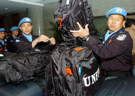 组图:第三支中国维和警察防暴队先遣队赴海地