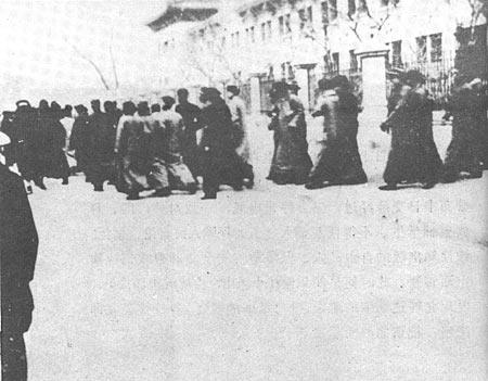 图文:辅仁大学学生冲破军警封锁参加示威游行\\