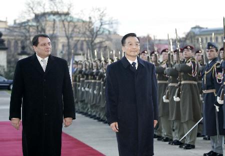 图文:温家宝出席捷克总理举行的欢迎仪式