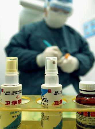 图文:辽宁医生准备为已痊愈的禽流感患体检