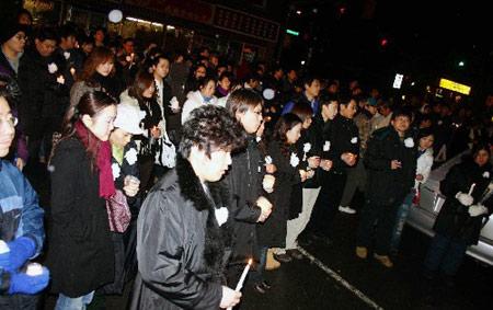 组图:中国留学生在加拿大悼念被害同<p