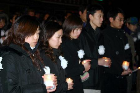 组图:中国留学生在加拿大悼念被害同胞