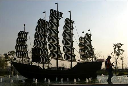雕塑 帆船 广场/2005年12月8日,洋山深水港深水港商务广场上的帆船雕塑。