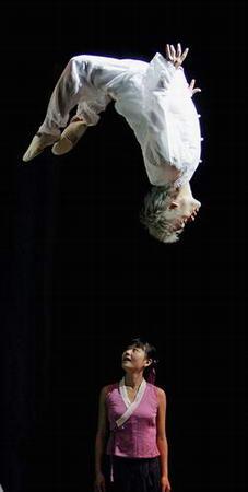 圖文:表演者展示東方武術