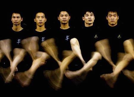 图文:残疾人表演队排练舞蹈