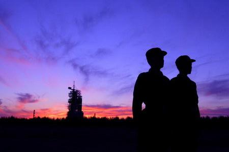 图文:警卫人员在为神舟六号火箭站岗值勤