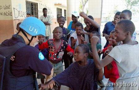 组图:中国维和警察教海地儿童擒敌拳