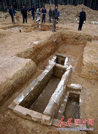 发现一处历代古墓群图片