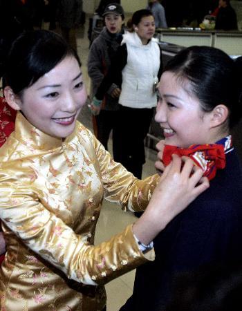 组图:两岸春节包机东航空姐唐装亮相