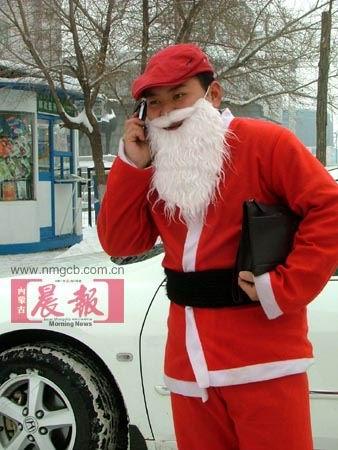 组图:搞笑版圣诞老人来到人间
