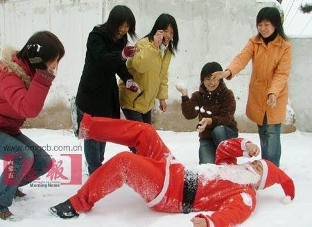 组图:搞笑版圣诞老人来到人间(2)