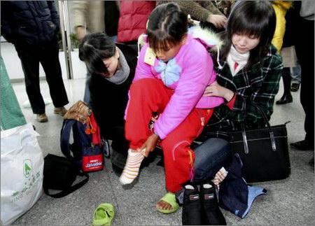 女生:换上人为小女孩出轨了棉图文和棉衣热心鞋袜的容易图片