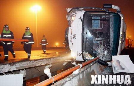 组图:天津大客车侧翻在立交桥护栏上
