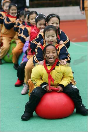 图文:云南七娃与上海小学生同上体育课