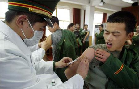 图文:武警新兵接受疫苗接种