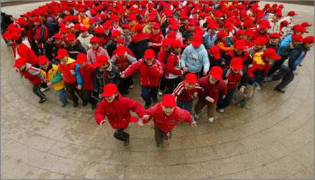 图文:闪客在上海广场上组成笑脸图案