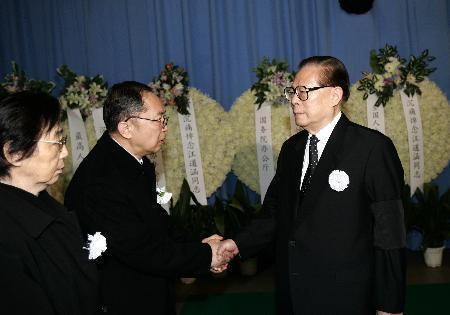 图文:江泽民等到上海龙华殡仪馆送别汪道涵