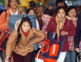 图文:几位在杭州务工的女孩在赶火车回家