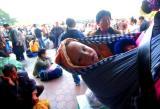 图文:一名小孩跟随妈妈在厦门火车站广场候车