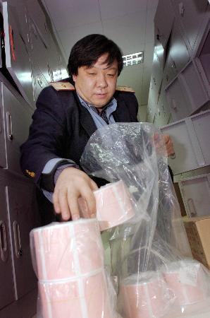 图文:北京站工作人员在新售票厅内检查票卷