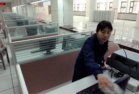 图文:北京站人员在新售票厅内打扫卫生