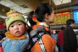 图文:旅客正在重庆火车站购票