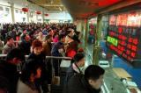 图文:旅客在重庆火车站售票大厅排队购票