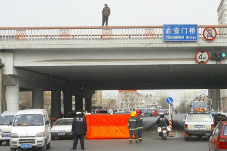 图文:男子站在立交桥上欲自杀