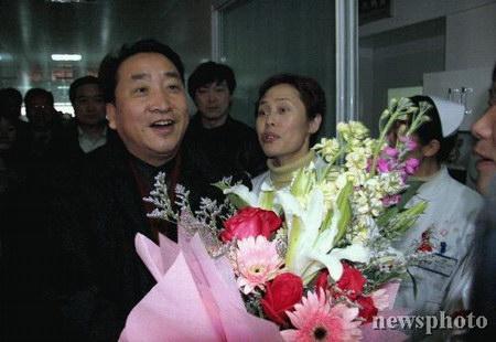 组图:宋祖英李宇春等明星看望艾滋病人