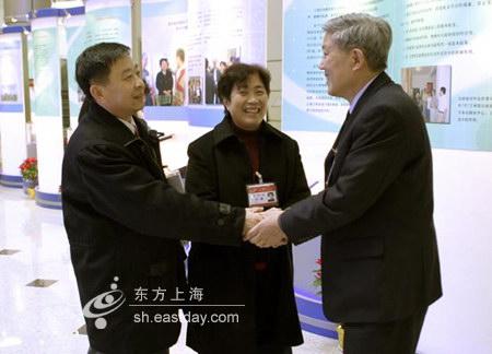 图文:政协委员热情会面