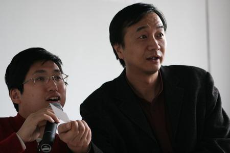 图文:国新图库副总经理魏林在抽取幸运奖
