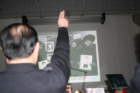 图文:评委邓维在举手表决一般金奖作品