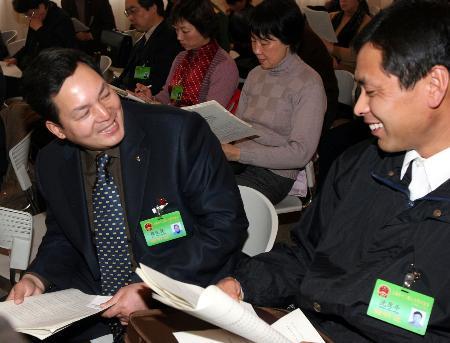 图文:上海2外来人员代表列席参加审议政府报告