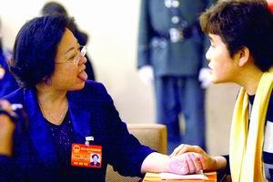 图文:北京人大代表串门给代表诊脉