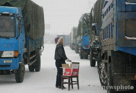 组图:河南107国道因大雪塞车达50公里